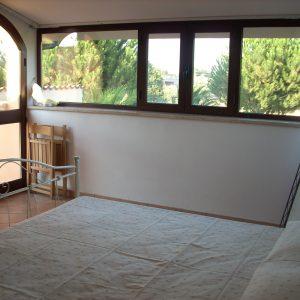 camera mansardata con vista sul verde